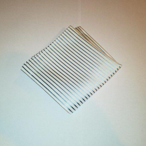 Fehér alapon világoskék csíkos selyem díszzsebkendő