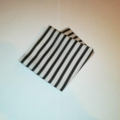 Fehér alapon fekete csíkos selyem díszzsebkendő