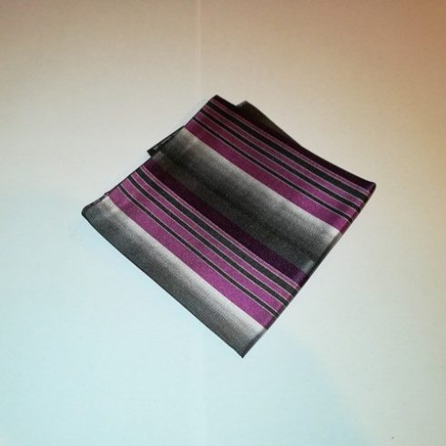 Szürke alapon ciklámenlila és sötétszürke csíkos selyem díszzsebkendő