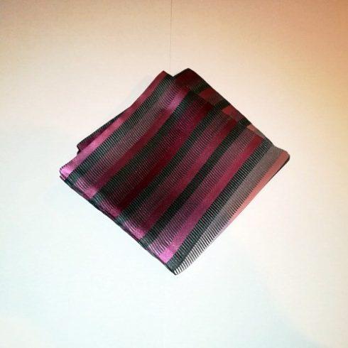 Sötétszürke alapon többféle rózsaszín csíkos selyem díszzsebkendő