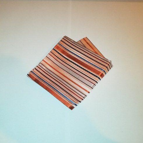 Narancssárga, sötétkék, kék, bordó és barna csíkos selyem díszzsebkendő