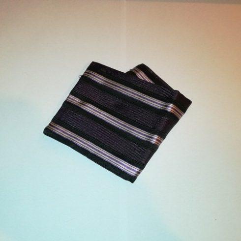 Sötétlila alapon fekete, fehér és lila csíkos selyem díszzsebkendő