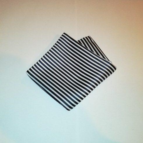 Fehér alapon sötétkék csíkos selyem díszzsebkendő