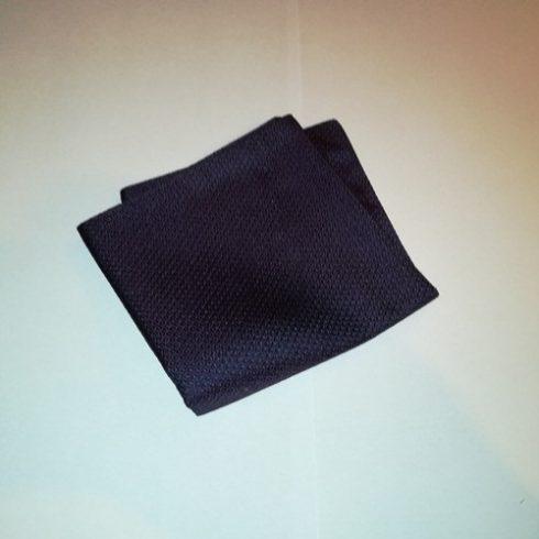 Sötétkék alapon ezüstszürke vasmacska mintás selyem díszzsebkendő