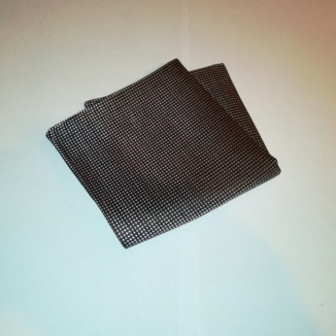 Fekete alapon világos rózsaszín mintás selyem díszzsebkendő