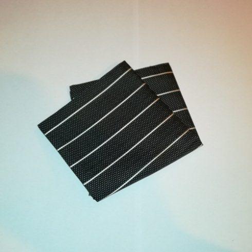Fekete alapon fehér mintás selyem díszzsebkendő
