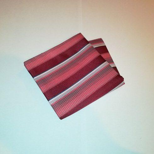 Bordó alapon piros, fehér, szürke és sötétkék mintás selyem díszzsebkendő