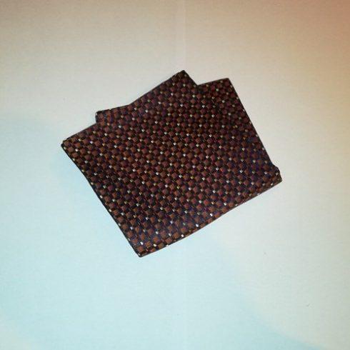 Fekete alapon bronzbarna, bordó és fehér mintás selyem díszzsebkendő