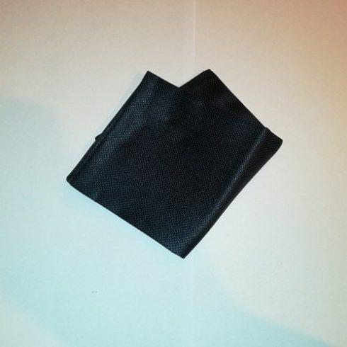 Sötétkék alapon fekete mintás selyem díszzsebkendő