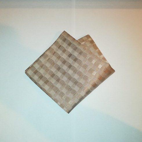 Barna alapon krémszínű mintás selyem díszzsebkendő