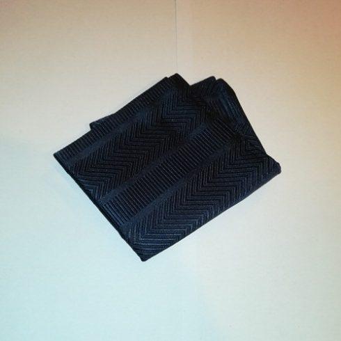 Sötétkék, anyagában mintás selyem díszzsebkendő